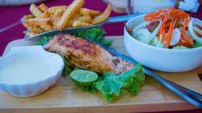 Gebratene Fische, Salat und gebratene Kartoffeln mit Soße Stockbild