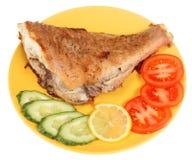 Gebratene Fische und Gemüse Stockfotos
