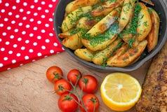 Gebratene Fische und Kartoffeln Stockfotos