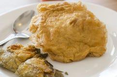 Gebratene Fische und Omelett im Teller Stockfotos