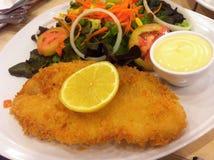 Gebratene Fische und Salat Stockbild