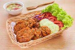 Gebratene Fischfrikadelle und Gemüse im Korb, thailändisches Lebensmittel Lizenzfreie Stockfotos