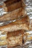 Gebratene Fischstücke auf Lebensmittelfolie lizenzfreies stockbild