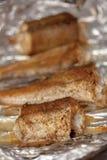 Gebratene Fischstücke auf Lebensmittelfolie lizenzfreie stockfotografie