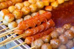Gebratene Fleischbälle ein Grill auf einem Stock in der Soße Stockfotos