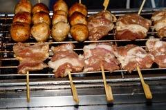 Gebratene Fleischbälle ein Grill auf einem Stock in der Soße Stockfotografie