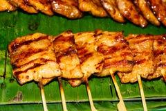 Gebratene Fleischbälle ein Grill auf einem Stock in der Soße Lizenzfreies Stockfoto