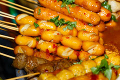 Gebratene Fleischbälle ein Grill auf einem Stock in der Soße Lizenzfreies Stockbild
