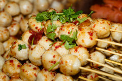 Gebratene Fleischbälle ein Grill auf einem Stock in der Soße Lizenzfreie Stockfotos