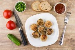 Gebratene Fleischklöschen in der Platte, in den Tomaten, in den Gurken, in den Würzen und in FO Lizenzfreie Stockfotografie
