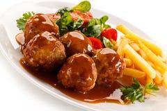 Gebratene Fleischklöschen mit Chips Lizenzfreie Stockfotos