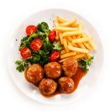 Gebratene Fleischklöschen mit Chips Stockbild