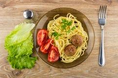 Gebratene Fleischklöschen mit Teigwaren und Tomaten in der Platte, Kopfsalat, peppe Lizenzfreie Stockfotos