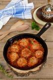 Gebratene Fleischklöschen mit Tomatensauce und Gewürzen in der Bratpfanne Stockfotos