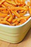 Gebratene frische organische Karotten mit Olivenöl lizenzfreies stockbild
