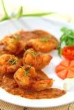 Gebratene Garnelenbälle im roten Curry. Stockfotos