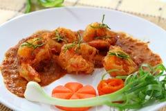 Gebratene Garnelenbälle im roten Curry. Stockbild