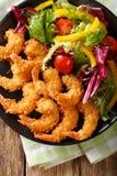 Gebratene Garnelen in den Brotkrumen und ein Salat von Frischgemüse clos Stockfotografie