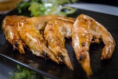 Gebratene Garnelen am japanischen Restaurant stockbilder
