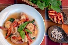 Gebratene Garnelen mit Blättern des süßen Basilikums, würzige thailändische Nahrung stockfotografie