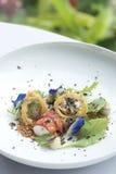 Gebratene Garnelen mit süß-saurer Soße auf Weiß lizenzfreies stockfoto