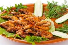 Gebratene Garnelen mit Salat-Blättern, Gurke lizenzfreies stockfoto