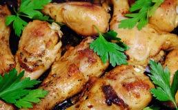 Gebratene gebackene Hühnertrommelstöcke mit Kräutern Das gegrillte Huhn Stockfotos