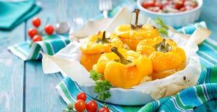Gebratene gelbe Pfeffer angefüllt mit Quinoa, Pilzen und Käse Stockbild