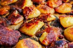 Gebratene grobe Kartoffeln golden und knusperig lizenzfreie stockbilder