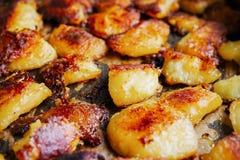 Gebratene grobe Kartoffeln golden und knusperig stockfoto