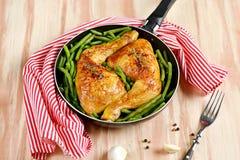 Gebratene Hühnerbeine mit grünen Bohnen Lizenzfreies Stockfoto