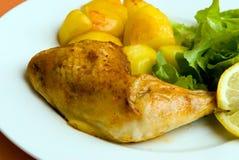 Gebratene Hühnerbeine mit pota Stockfotos
