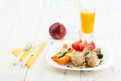 Gebratene Hühnerbeine mit Salat und Gemüse Stockfoto