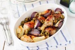 Gebratene Hühnerbeine (Trommelstöcke) mit Zwiebeln und grünen Oliven Lizenzfreies Stockfoto