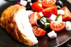 Gebratene Hühnerbrust mit Gemüse im Plattenabschluß oben Lizenzfreie Stockfotos
