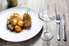 Gebratene Hühnerbrust mit Kartoffeln und gebratenem Blumenkohl lizenzfreies stockfoto