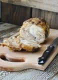 Gebratene Hühnerrolle auf einem Schneidebrett Lizenzfreie Stockbilder