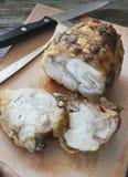 Gebratene Hühnerrolle auf einem Schneidebrett Lizenzfreie Stockfotos