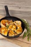 Gebratene Hühnerschenkel stockfotos