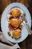 Gebratene Hühnerschenkel mit Oliven stockfoto