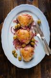 Gebratene Hühnerschenkel mit Oliven und roter Zwiebel stockbild