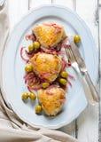 Gebratene Hühnerschenkel mit Oliven und roter Zwiebel Lizenzfreies Stockfoto