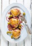 Gebratene Hühnerschenkel mit Oliven und roter Zwiebel Stockfotografie