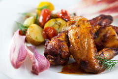 Gebratene Hühnerflügel mit Gemüse Lizenzfreies Stockfoto