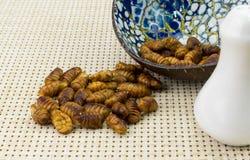Gebratene Insekten in der Schale Stockfotos