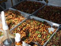 Gebratene Insekten für Verkauf auf der Straße Stockbilder