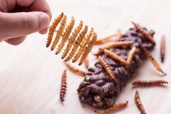 Gebratene Insekten - hölzernes Wurm-, Bambuswurminsekt knusperig und Süßigkeit c stockfoto