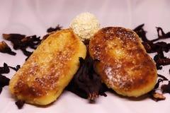 Gebratene Käsekuchen zum Frühstück auf einem weißen Hintergrund mit der Einführung von Ñ- arÑ  ade mit köstlichem raffaello stockfotografie