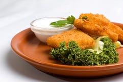 Gebratene Käseplatte mit Soße Stockfoto