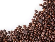 Gebratene Kaffeebohnen auf weißem Hintergrund stockbild